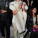 Ez megint Kardashian, 2012 márciusában szőrmében nézi Kanye West párizsi divatshowját. Merthogy West nem csak divatos, divatot is tervez.