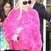 Lady Gaga szívesen hord bundát. Akár pinket is. Augusztus 7-én egy Armani üzletből távozik épp, és a háttérben látható emberek ruházatából arra lehet következtetni, a bunda csak hiúságból van rajta.