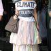 Westwood bemutatójának másnapján már a tervezőnő pólójában lépett utcára.