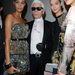 Karl Lagerfeld a Fendi modelljeivel pózol a backstage-ben.