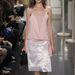 Pizsamára emlékeztető selyemruhákat és túlméretes papucsokat tervezett a Celine 2013 tavaszára.