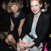 Anna Wintour, az amerikai Vogue főszerkesztője, és Jessica Chastain színésznő együtt szórakoznak a Saint Laurent első sorában. Wintour nem is mosolyog...