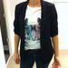 H&M: Ez a fekete blézer 5990 forintért nem rossz vétel. A macskás póló plusz 2490 forint.