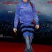 Anna Thalbach farmerben és szoknyában a   'The Amazing Spider-Man' berlini premierjén.