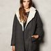 Ha mégis Tavi Gevinsonnak öltözne, a Pull&Bearben talál túlméretezett kabátokat 22.995-ért.