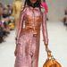 Aranysárga színű táska a rózsaszín kabátruhához.