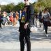Marianne Theodorsen divatblogger Jeremy Scott pulcsiban sétálgat.