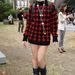 Daisy Lowe túlméretezett kötött pulóverben a Topshop bemutatóra igyekszik.