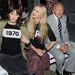 Alexa Chung évszámmal díszített pulcsiban Laura Baileyvel és Harold Tillmannal.