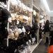 H&M: a sok rikító szín mellett, természetesen van fekete, fehér és testszínű fehérnemű is a H&M üzletében.