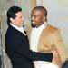 Kanye Westet Andre Balazs ölelgeti.