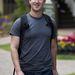 Mark Zuckerberg iskola táskával.