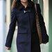 Pippa Middleton sötétkék, csatos Sharp kabátban sétál Chelsea-ben.