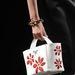 Fehér alapon piros virágok az olasz divatház táskáin