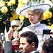 Kidman sárga rózsás háttérrel