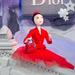 Piros Diorba öltöztetett kirakatbábú Párizsban