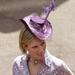 Elspeth Gibson ruhában és hasonló, Miliner Tara O'Callaghan lila kalapban az ascoti derbin.