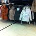 Kabátok az Ázsia Centerben: a pufidzsekik itt 9-11 ezer forint körül kaphatók.