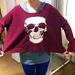 Terranova: Fiatal turistalányok lelkesen próbálgatták ezt a pulóvert. Akkor a koponya most menő vagy ciki? Ár: 6490 Ft