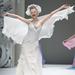 Menyasszonyi ruhára emlékeztető ruha a Japán Couture héten
