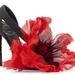 A cipőn selyemorganza virág található, melynek belseje tollaktól feketéllik