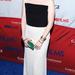 Julianne Moore a Game Change című film  New York-i bemutatóján fekete-fehér, pánt nélküli estélyiben vett részt szeptemberben. Az 51 éves színésznő smaragdzöld kiegészítőkkel dobta fel a szettet.