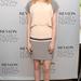 A színésznő a Revlon NEW Nearly Naked Makeup-jának bemutatásán visszafogott, pasztellszín ruhában vett részt 2012. december 5-én.