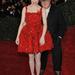 Emma Stone Lanvin ruhában érkezett a Met gálára májusban. A ruha tervezője, Alber Elbaz hajol át válla fölött.