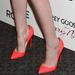 A cipőnek a színe se illik a ruhához, de nagyobb baj, hogy nem a színésznő mérete. Reméljük már megvált attól a stylisttól, aki így öltöztette fel.