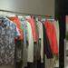 A zakók többsége 14990 forint lesz, az ingek pedig 8-10 ezer forint körül vásárolhatóak majd meg.