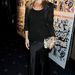 Kate Moss is hanyagolta az élénk színeket, de a táskája azért feldobja a kicsit gyászos összképet.