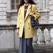 Bonnie Chen a Dolce&Gabbana egyik felöltőjét viseli, egy kis napfény a szürkeségben.