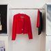 A piros szetthez hasonlót Victoria Beckham egyik bemutatóján láthattunk.