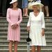 Május 29: kerti partit tartanak a Buckingham palotában, Katalin hercegné púderszín ruhában pózol Kamilla mellett.