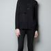 Khloe fekete inget vett a színes nadrághoz: a legegyszerűbb választás a Zara 9995 forintos darabja