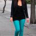 Kim Kardashian zöld nadrágot vett, szintén fekete körítéssel.