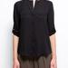 A Mangóban is 9995 forint a fekete ing, aminek még az esése is pont olyan, mint Khloe Kardashiané.