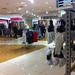 A Debenhamsben alig van már áru, a nagy térben elvesznek a vásárlók.