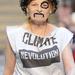 Vivienne Westwood a klímaváltozás ellen tüntetett az őszi londoni divathéten.