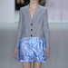 Kék tüllben végződő szürke zakó a Diortól.