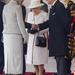2011 november: a királynő mindig ügyel a protokollra, nem öltözik soha kihívóan és az előírt cipősarok-magasságot is mindig betartja. Bezzeg a török köztársasági elnök felesége nem. És igen, ezt a táskát vette fel lila ruhával is.