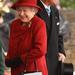 Ez a táska csak hasonlít az előzőre: szintén a Launer Londontól van, ahogy a királynő legtöbb táskája. 2010 októberében a királynő és férje a katari emírrel találkozott, II. Erzsébet talpig vörösbe öltözött ez alkalomból.
