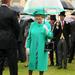 2011, Buckingham palota, ekrti party: igen, ehhez a türkiz kabáthoz is van passzoló esernyő az uralkodó gardróbjában.