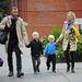 Naomi Watts és férje egyenkabátban