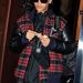 Rihanna kockás,bőr ujjú kabátban Londonban
