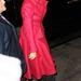 Katie Holmes piros Carmen Sandiego kabátban és fekete-fehér pöttyös pantallóban