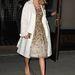 Taylor Swift koktélruhához választotta a fehér kabátot