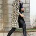 Gwen Stefani fekete-fehér asszimetrikus kabátban flangál Los Angelesben