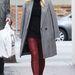 Gwen Stefani bordó  nadrágban és szürke térdig érő kabátban ment bevbásárolni Beverly Hillsben.