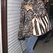 Rihanna csíkos táskát választott mintás kabátjához